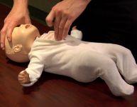 La réanimation cardio-respiratoire de bébé (RCR) - Vidéo