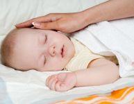 Comment prévenir la tête plate chez le nouveau-né?