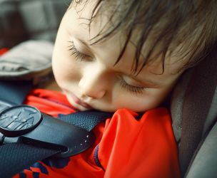 Ne laissez jamais un enfant seul en voiture