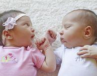 Comment aider les jumeaux à synchroniser leurs nuits?