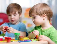 Les premiers matériaux d'arts plastiques à offrir à un enfant