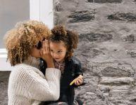 Confidences mère-fille au-dessus d'un jeu de société