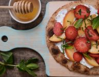 Pizza aux fraises, pêches et chèvre sur le grill