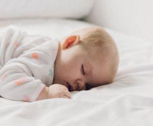 Bébé régurgite beaucoup : trucs pour le soulager